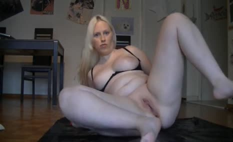 Dutch blonde babe shitting